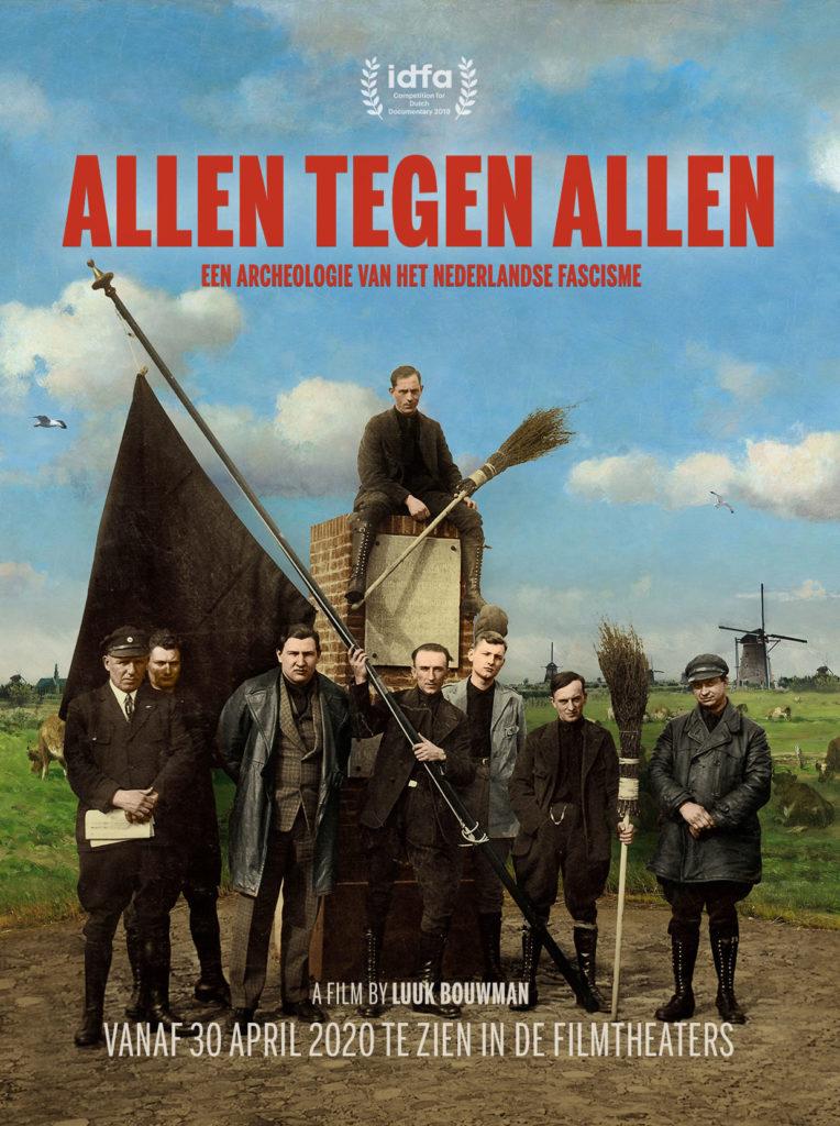 Filmposter van Allen Tegen Allen - We zien Jan Baars met vlag leden van een fascistische groepering gesitueerd in een schilderij van een typisch Nederlands landschap